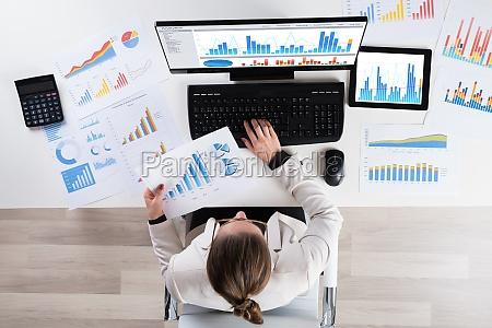 schaubild finanziell wirtschaftlich graph kurvenblatt papier