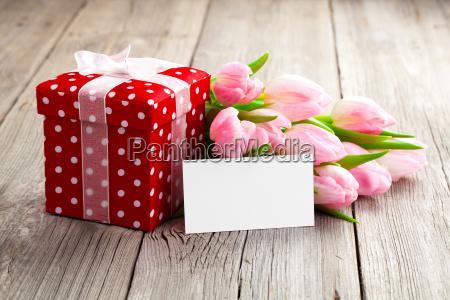 piekne tulipany z czerwonym tupffengienkarton happy