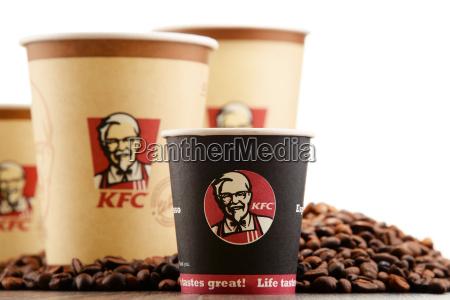 komposition mit kfc kaffeetasse und bohnen