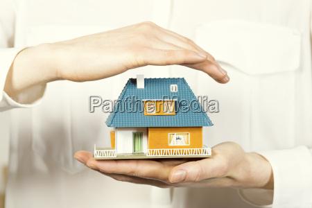 hand schweben kleine familienhaus hausversicherung konzept
