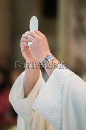 religion religioes glaeubig beten masse pfarrer