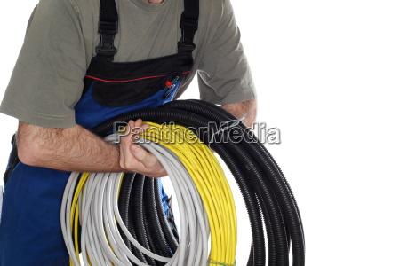 arbeiter mit elektroleitungen