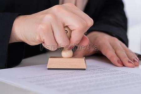 unternehmer mit stempel auf dokument
