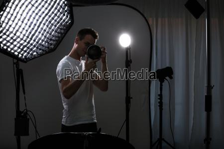 junge pro fotograf mit digitalkamera