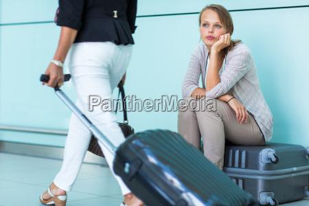 jung weiblich frustriert passagier am flughafen