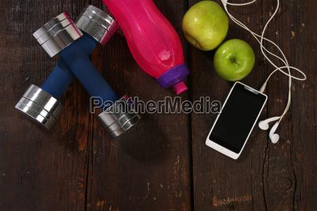 fitness konzept elemente ueber einem holzhintergrund