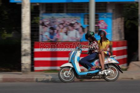 strassenverkehr und roller in suedostasien