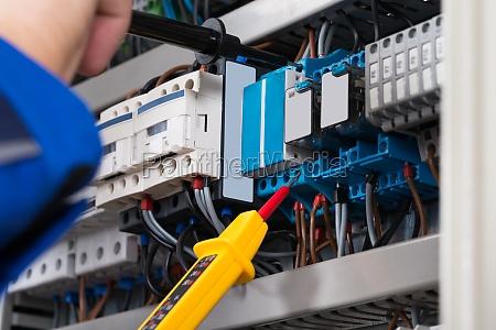 maennlich elektriker ueberpruefen fusebox