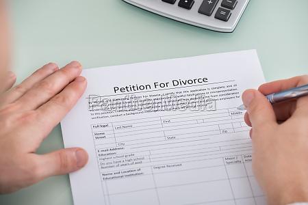 person uebergibt petition fuer scheidungsform