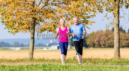 frau und mann senioren beim sport