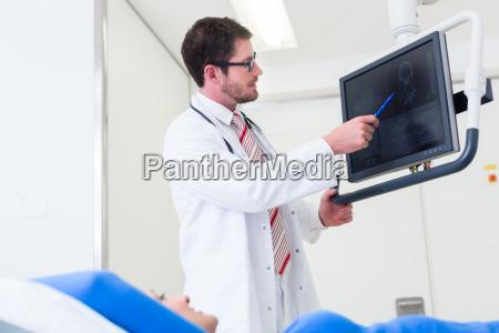 arzt erkaert patientin mrt scan am