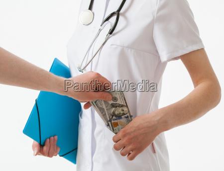die hand des patienten gibt einem