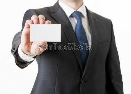 unerkennbarer geschaeftsmann haelt eine visitenkarte nahaufnahme