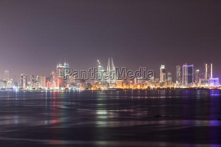 skyline von manama bei nacht bahrain