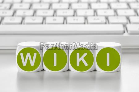 buchstabenwuerfel vor einer tastatur wiki