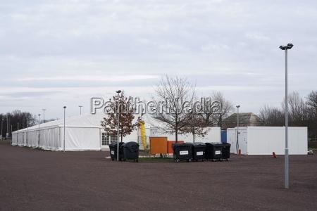 provisorisches aufnahmelager in zelten fuer fluechtlinge
