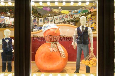 mannequinjunge mit dem frucht und orangenschneemann
