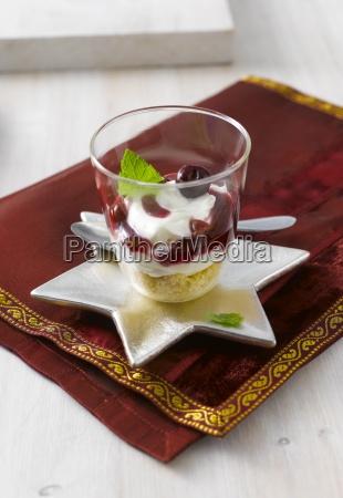 frischkaese und kirschkuchen im glas