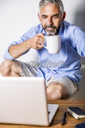 ernst menschen leute personen mensch laptop