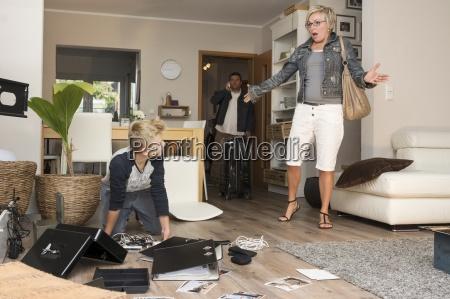 familie beobachtet chaos nach einbruch bei