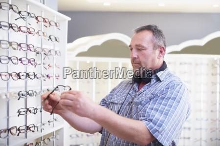 mann an der optiker die wahl