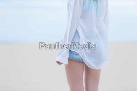 schoenes sinnliches maedchen allein am strand