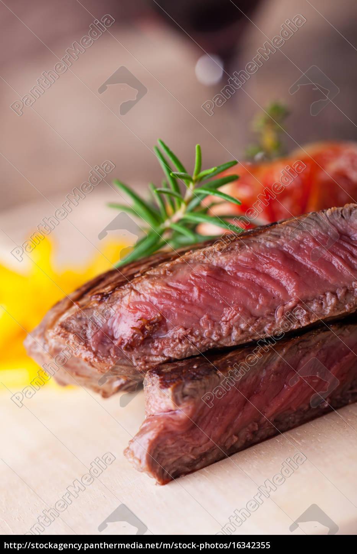 angeschnittenes, steak, vom, grill, mit, pommes - 16342355