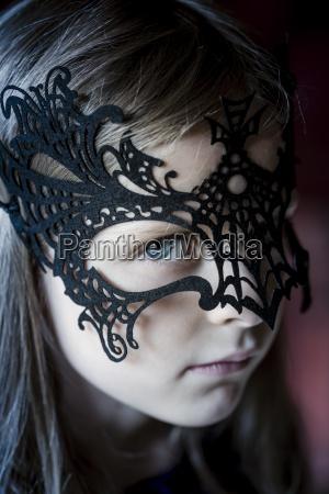 portraet von maedchen traegt schwarze halloween