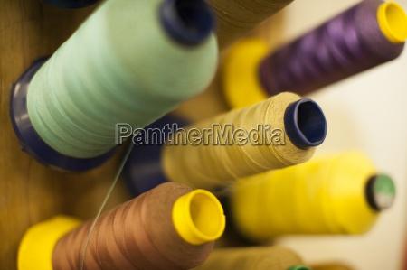 verschiedene spulen einer naehmaschine close up