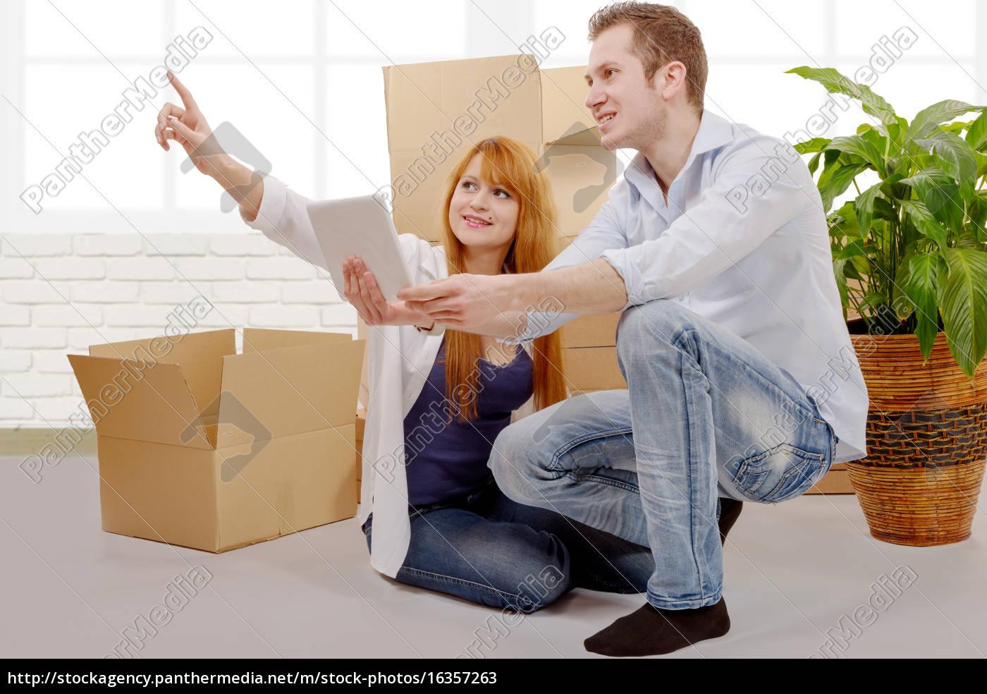 glückliches, paar, planung, dekor, in, neuem - 16357263