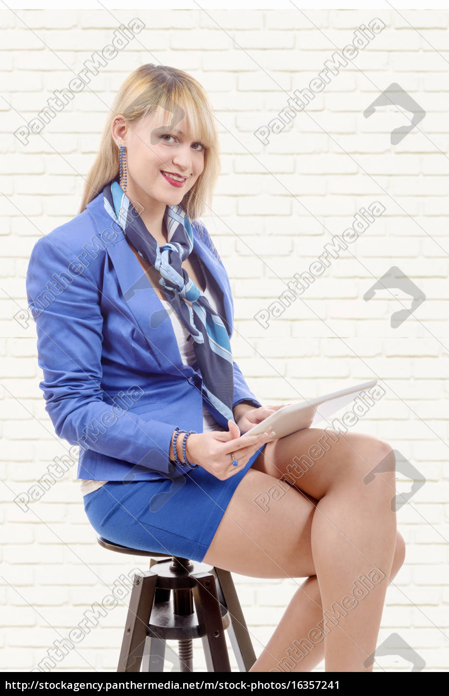 hübsche, junge, blonde, frau, mit, tablette, sitzt - 16357241