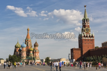 russland moskau basilius kathedrale mit kremlmauer