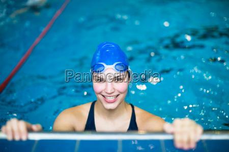 weiblicher schwimmer in einem innenswimmingpool