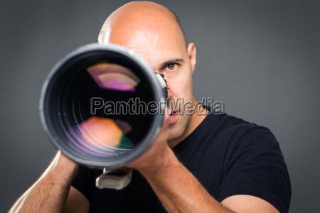 junge pro maennlicher fotograf in seinem