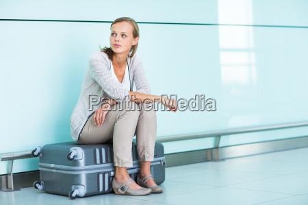 junger weiblicher frustrierter passagier am flughafen