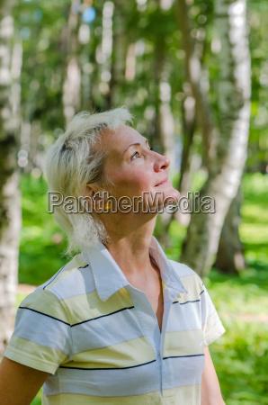portraet der frau in einem birkenholz