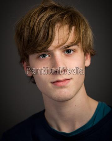 zuversichtlich teenager blond junger mann im
