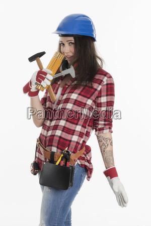 weiblicher handwerker mit verschiedenen werkzeugen