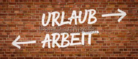 schrift auf backsteinmauer urlaub oder