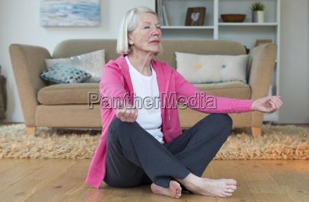 aeltere dame zu hause meditieren