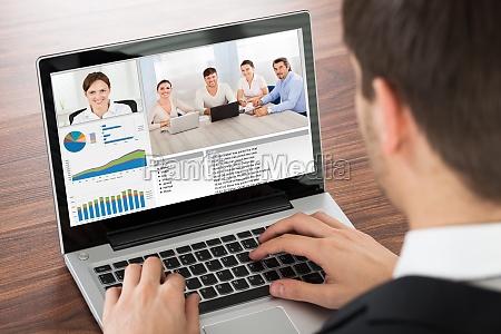 geschaeftsmann video conferencing auf laptop