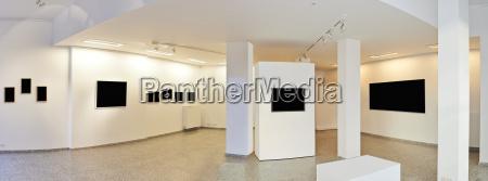 panoramablick auf eine ausstellungsgalerie mit museums