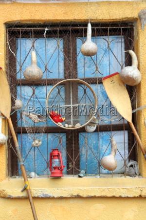 schaufenster mit souvenirs