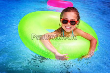 froehlich maedchen im swimmingpool