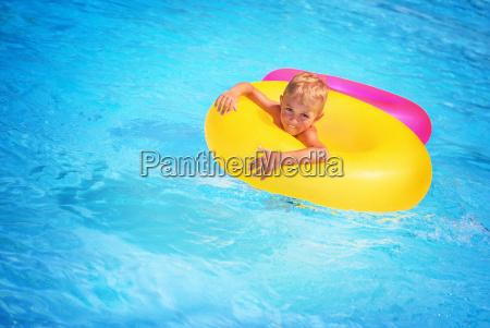 gluecklicher junge im schwimmbad