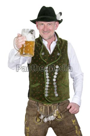 bayerischer mann mit einem becher bier