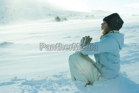 jugendlich maedchen auf schnee im gebet