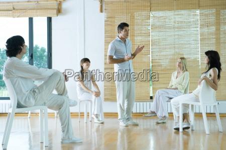 man spitzengruppe therapiesitzung