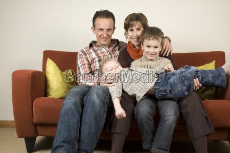 eltern couch erfreut gluecklich anspruchslos beguenstigt