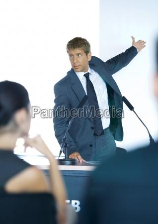 lautsprecher stand neben mikrofone waehrend des